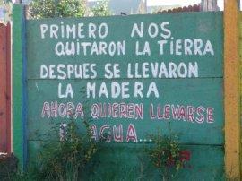 D'abord on nous a confisqué nos terres, ensuite ils ont emporté le bois, à présent ils veulent prendre l'eau...