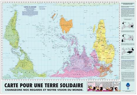 Le monde selon d'autres projections cartographiques : projection écrasée des continents qui donne un juste rapport entre les surfaces, projection inversée et ligne de l'Equateur placée au centre (source : http://www.ccfd-terresolidaire.org)